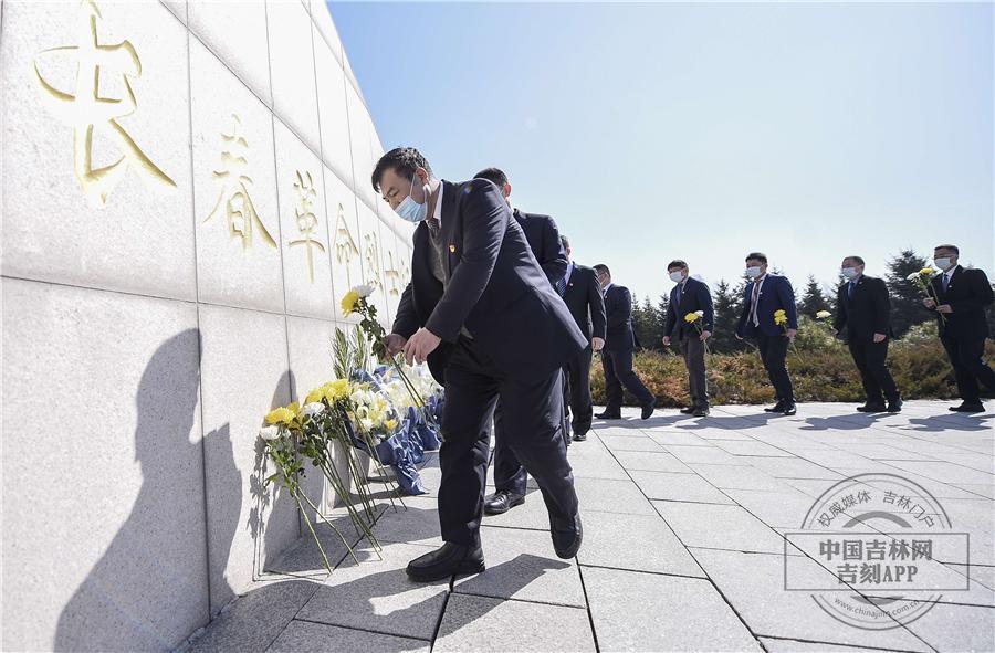 【吉镜头】退役军人向烈士献花
